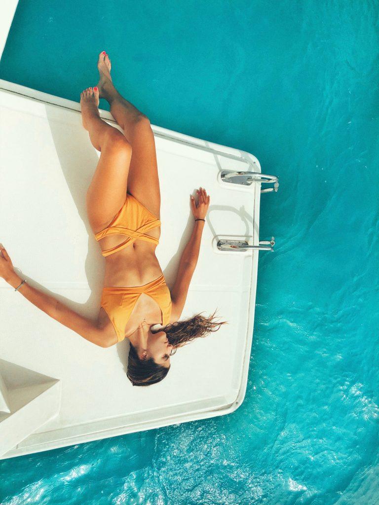 Seksowna dziewczyna na łodzi. FakeNews24.pl