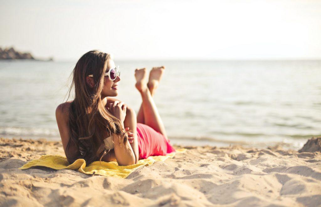 Ubrana dziewczyna na plaży. FakeNews24.pl